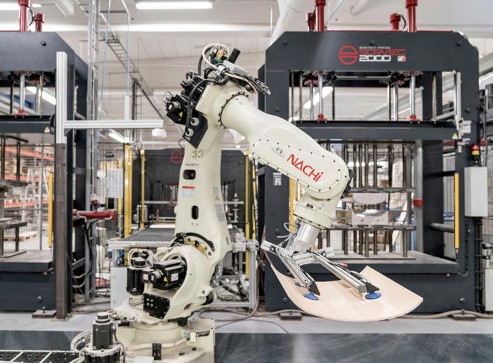 Robotti valmistaa huonekaluja Iskun tehtaalla Lahdessa.