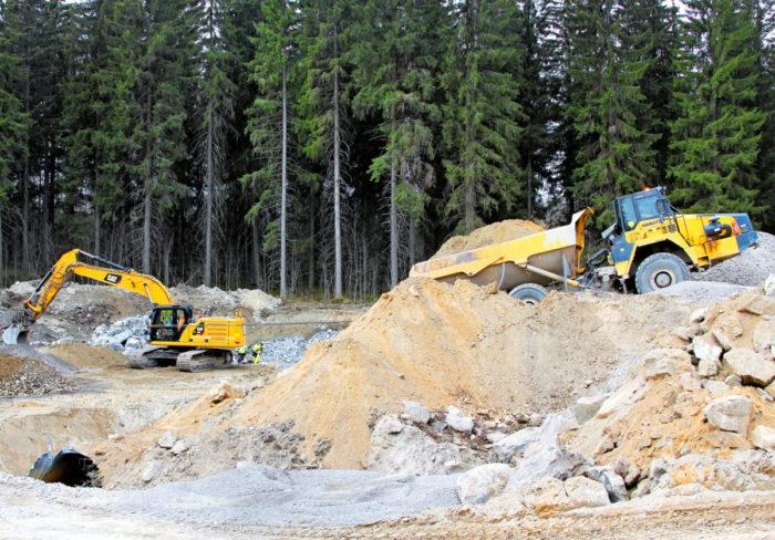 21 kilometrin osuudella työskentelee noin 60 kaivinkonetta.