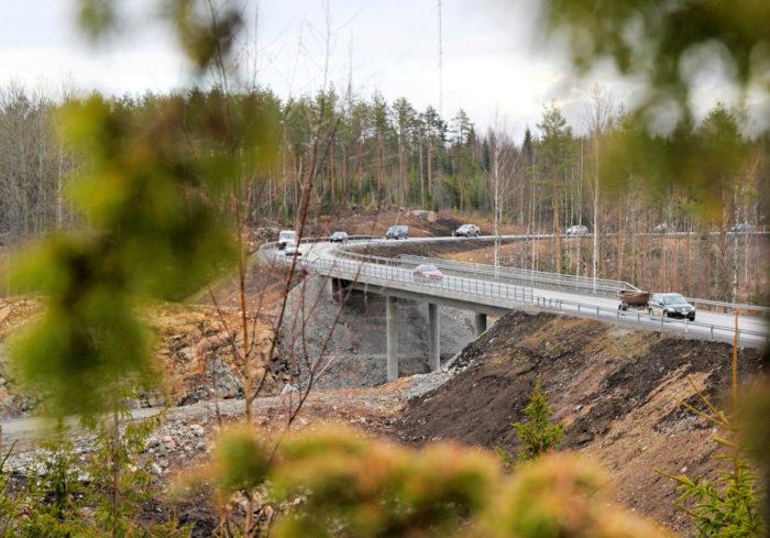 Viitostien vilkas liikenne ylittää sillalla keskeneräisen uuden tien.