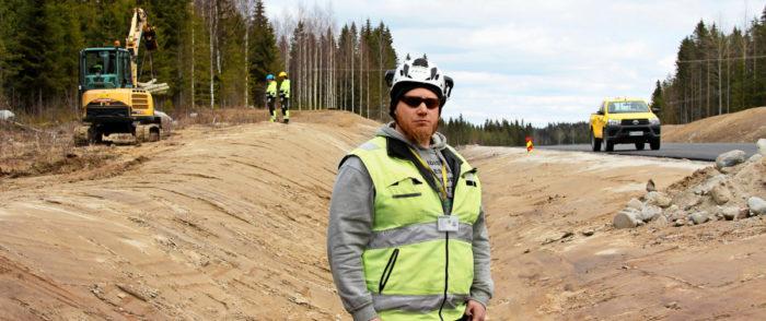 Työnjohtaja Markku Kolari  reissaa töissä Kuopiosta käsin.– Yhteispeli työntekijöiden ja työnantajan välillä on toiminut hienosti, Insinööriliiton jäsen sanoo.