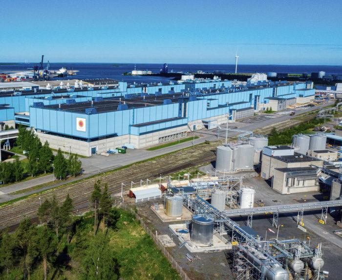 Oulun tehtaan toinen paperilinja odottaa vielä uutta käyttöä.