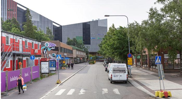 Uudisrakennus Dixi kohoaa Asematien 1950-luvun rakennusten yläpuolelle.