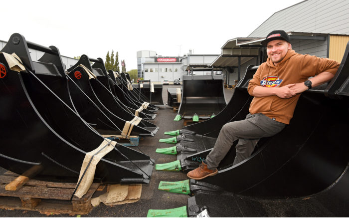 Joonas Sykkö on suunnitellut opinnäytetyönään kokkolalaiselle Häggblomille kaivinkoneiden kauhasarjan.