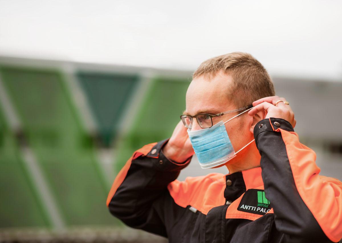 Antti Palosuo tekee töitä vaihtelevasti sekä tehtaalla että kotona.