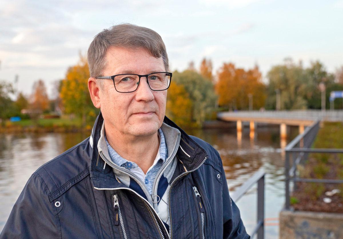 Arto Koski asensi Taivalkosken voimalaitokselle Koillismaalle kameran, joka helpottaa etäohjausta.
