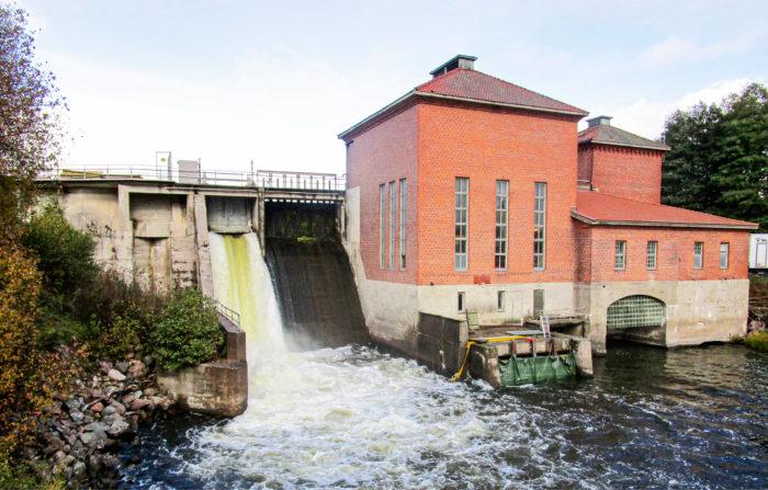 Vesi virtaaPeltokosken voimalaitoksen ohijuoksutusluukusta Mustionjoella Lohjan lähellä.