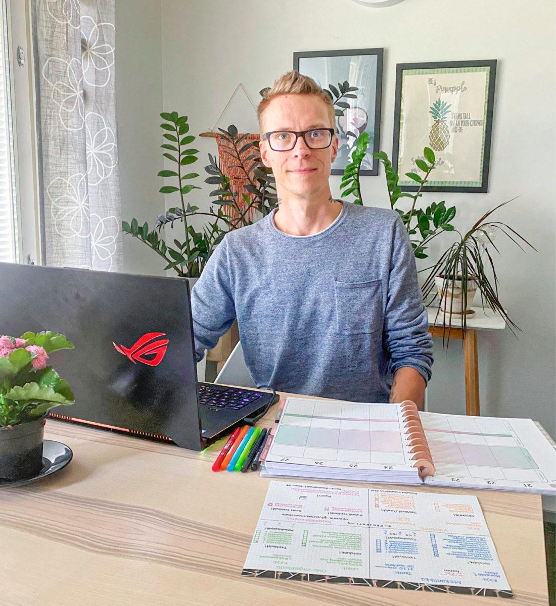 Jesse Lindelillä on kymmenen kuukauden opinnot takana,   ja opintojen muistiinpanoja  on kertynyt jo runsaasti.