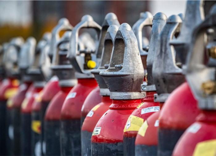 Kaasut pakataan pulloihin, joissa ne kuljetetaan eteenpäin