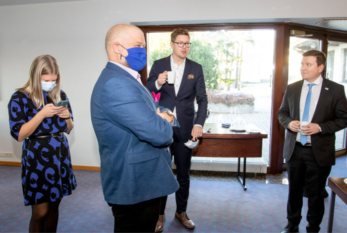 Insinööriliiton johtava asiantuntija Katri Manninen ja edunvalvontajohtaja Petteri Oksa vastaanottivat panelisteja Antti Lindtmania ja Ville Taviota.