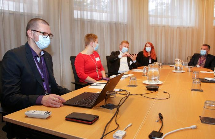 Toisena kokouspäivänä kahdeksan ryhmää kokoontui suunnittelemaan aluetoimintaa. Kenttä- ja kehityspäällikkö Kalle Kiili veti Pohjanmaat-alueen suunnittelua.