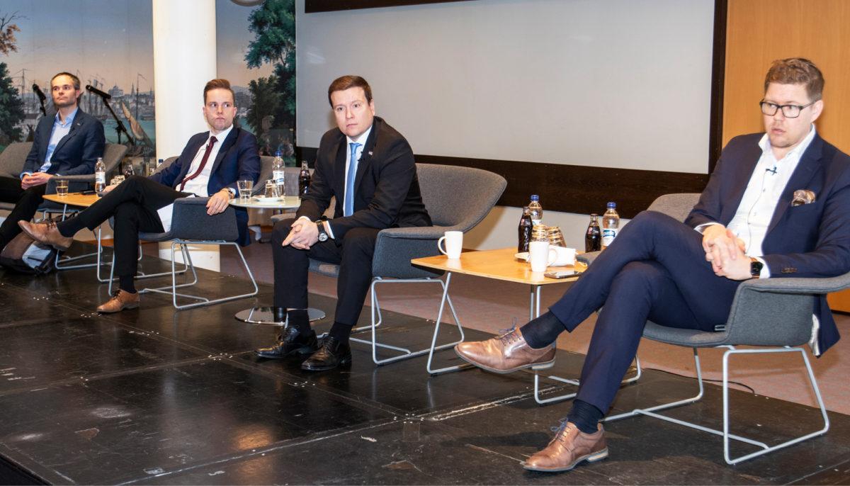 Ennen varsinaista kokousta kuunneltiin neljän suurimman eduskuntaryhmän edustajien näkemyksiä ajankohtaisista asiosta. Vasemmalta Kai Mykkänen, Petri Honkonen, Ville Tavio ja Antti Lindtman.