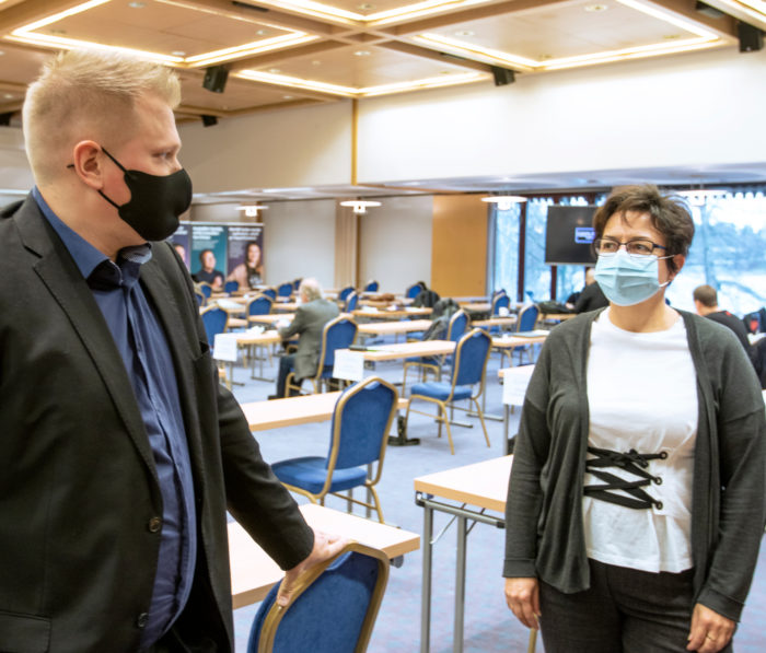 Kokousedustajat Janne Juujärvi ja Tuija Rinne-Ketonen keskustelivat ajankohtaisista työmarkkina-asioista kuten Metsäteollisuus ry:n päätöksestä sopia työehdoista vain paikallisesti ja työehtosopimusten yleissitovuudesta.