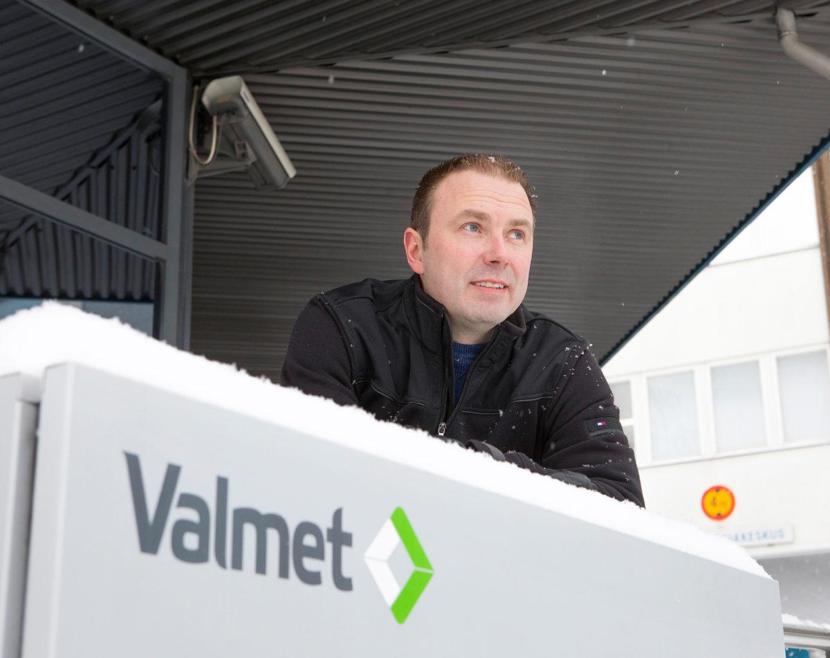 Timo Kupari työskenteli paperikoneen käyttöönoton parissa koto-Suomesta. Alabaman aikavyöhykkeellä työskentely toi uusia haasteita.