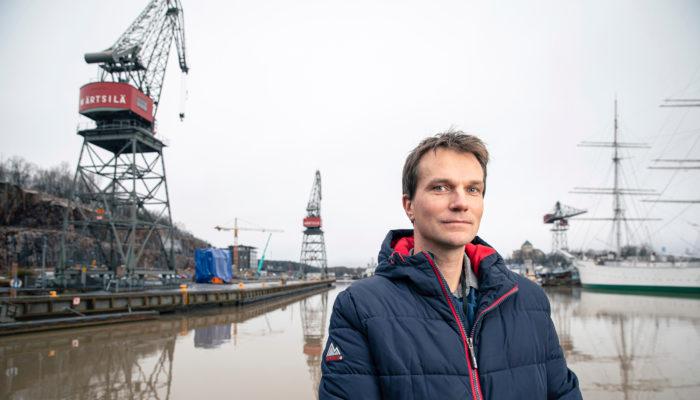 Petri Kortelainen kiersi vuosien ajan maailmalla huoltotöissä. Ilman kenttäkokemusta hän ei olisi voinut siirtyä etätukitehtäviin.