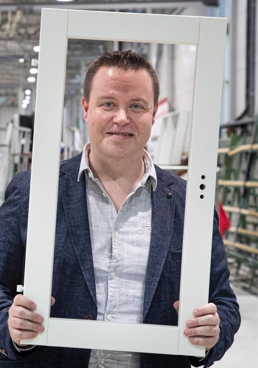 Jari Hakola kiersi lähes kaikki tuotannon työtehtävät kunnes kouluttautui insinööriksi.