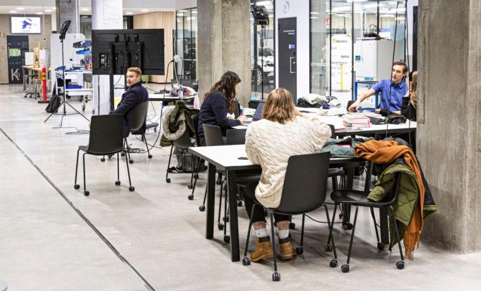 Uudella kampuksella on paljon ryhmätyöskentelyyn sopivia tiloja ja auloja.