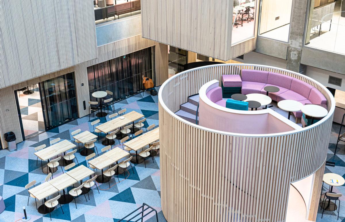 Kirjaston lukusali on arkkitehtoonisesti näyttävä ratkaisu.