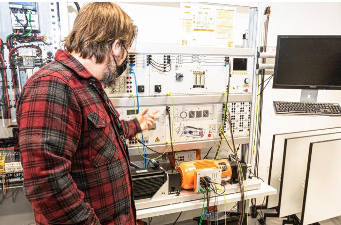 Kestävään kehitykseen liittyvä tuotekehitys on näkyvästi esillä EduCityn lukuisissa laboratorioissa. Projektipäällikkö Ville Lavonen esittelee tuulienergian simulointia.
