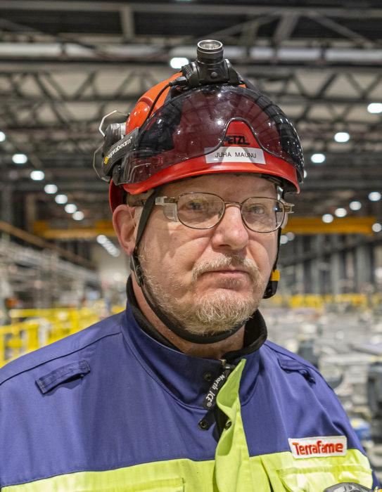Juha Maunu vastaa kunnossapidosta ja käytöstä akkukemikaalitehtaan uuttolaitoksella.