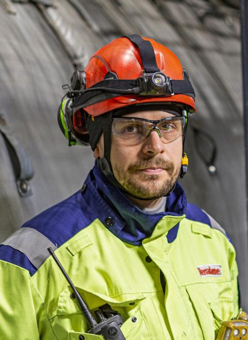 Pekka Lappalainen parantaa käyttöastetta akkutehtaan paineliuotushallissa.