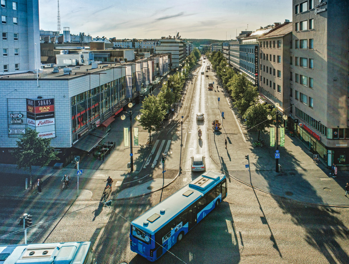 Lahden keskustaan Aleksanterinkadulle pääsee bussilla ja autolla.