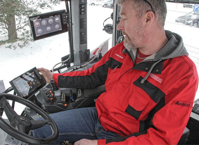 Valtran Suolahden tehtaalla työskentelee noin tuhat henkeä. Kristian Tapola palvelee Valtran huolto-organisaatiota maailmalla.
