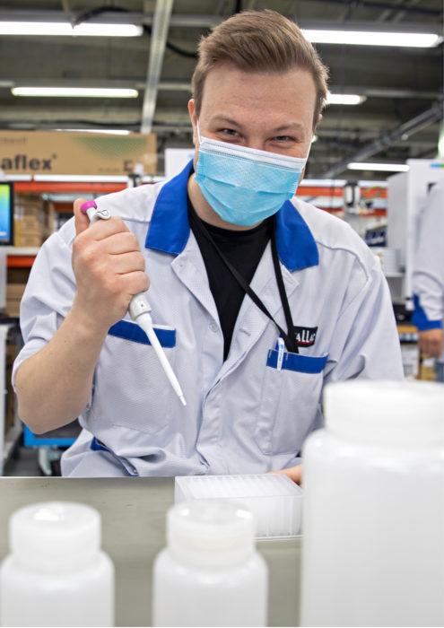 Myös Joona Jännäri työskentelee instrumenttien valmistuksessa.