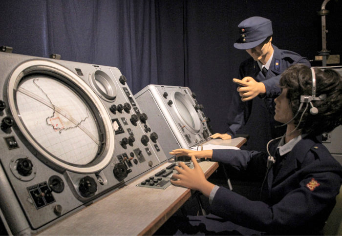 Tikkakosken Ilmavoimamuseossa on myös ilmavoimien viestimuseo, jossa on vaikuttava kokoelma lennonjohtotekniikkaa. Kuva: Petri P. Pentikäinen