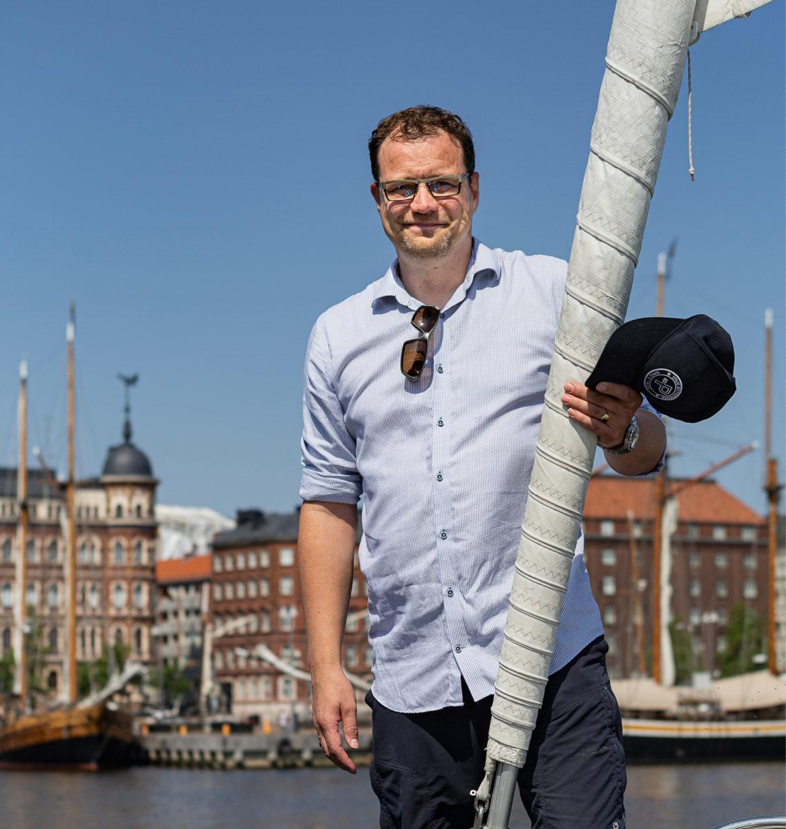 Pekka Järveläinen konsultoi asiakkaita palvelunhallinta- järjestelmissä veneestä.