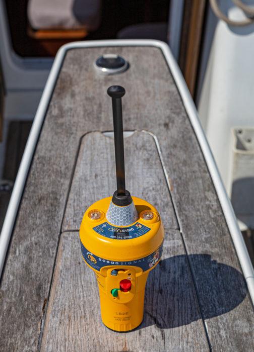 Epirb-laite välittää  hätäviestin satelliittien kautta meripelastuskeskukseen. Viestiliikenne käsitellään konesaleissa.