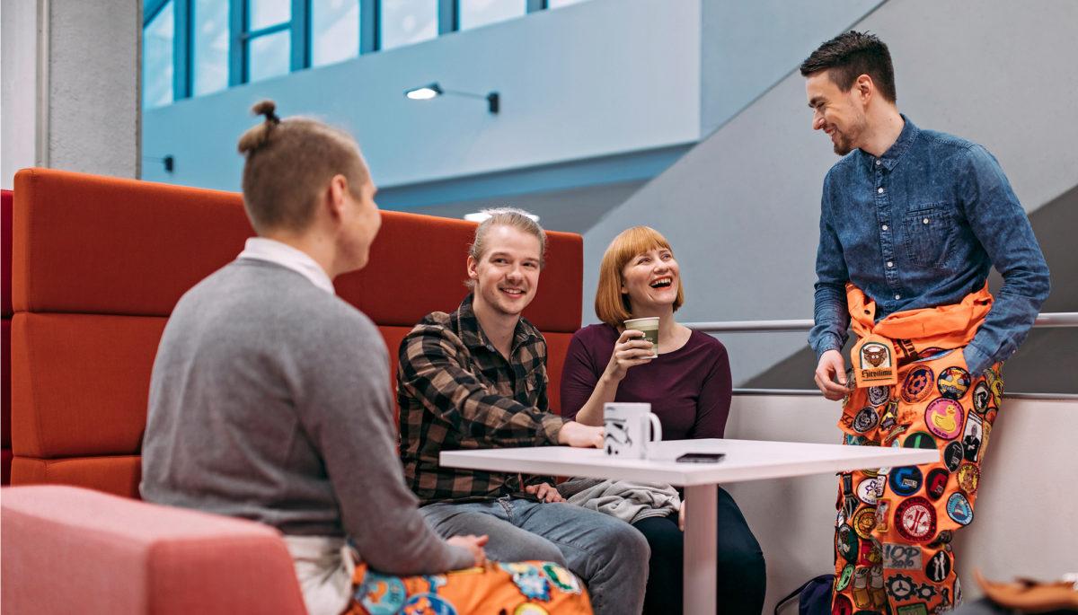 Opiskelijatoimijat tapaavat toisiaan yhteisen pöydän ympärillä.