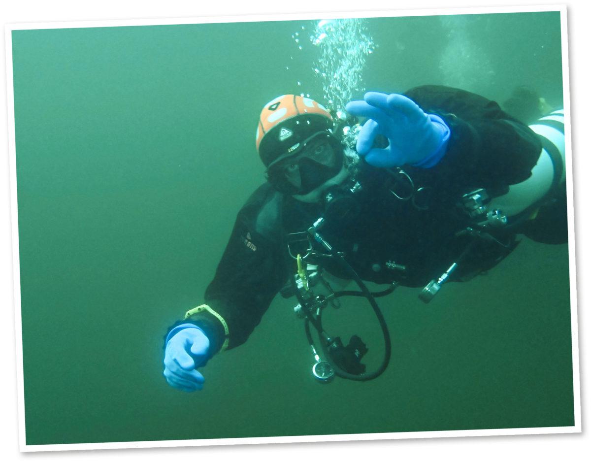 Niklas Bäckström näyttää Valkiajärvessä vedenalaista ok-merkkiä.