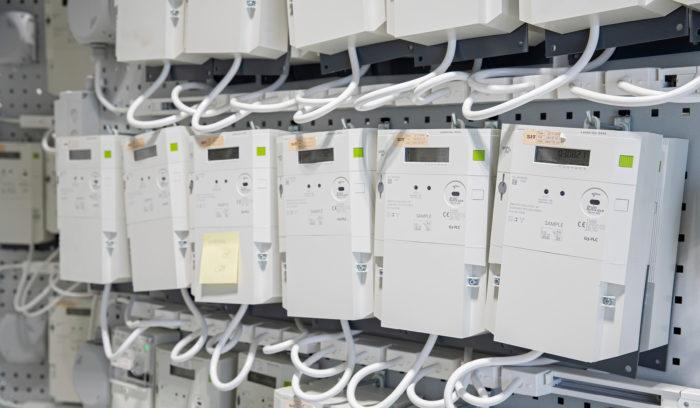 Tuotekehitysyksikön laboratoriossa testataan uuden sukupolven sähkömittareita.
