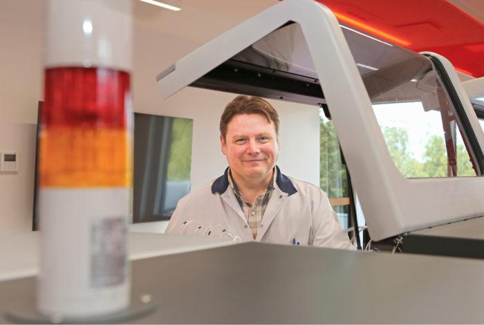 Sami Mäki-Rahkola esittelee potilasnäytteiden tutkimiseen tarkoitettua kliinistä analysaattoria.