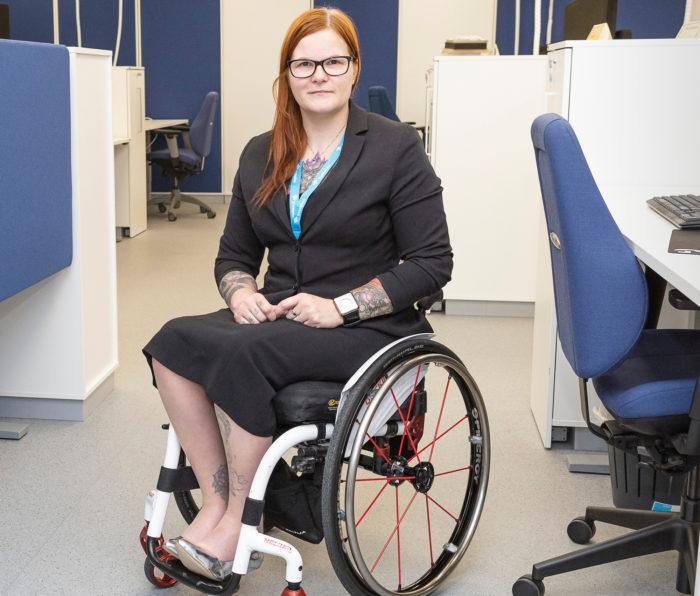 Ulla-Maija Kemppainen osoittaa, että toimistolla riittää paikkoja uusille tekijöille.