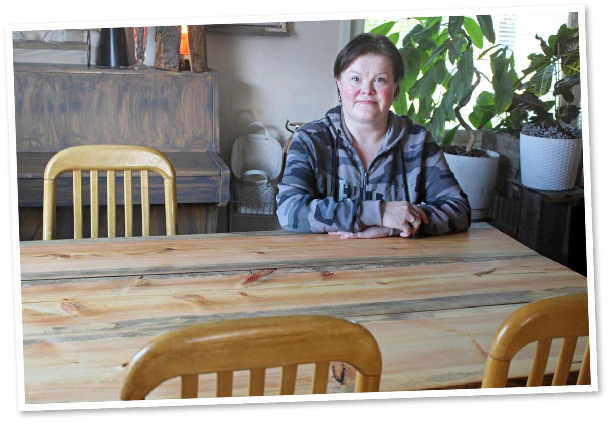 Minna Saarelainen sai ruokapöytänsä puun appivanhempien metsästä.